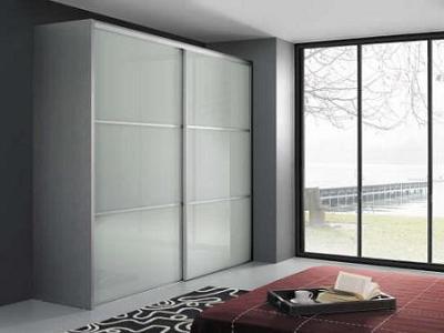 Decoraci n armarios de dise o lacados y con puertas for Puertas correderas de cristal para armarios