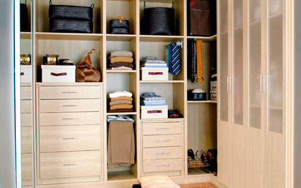 Fotos de vestidores peque os para aprovechar el espacio - Vestir un armario ...