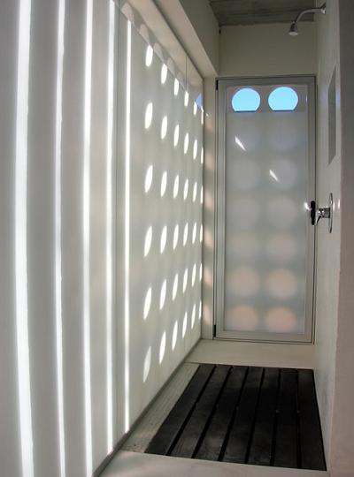 La casa de la luz y la sombra de nicol s del campo for Pared que deja pasar la luz