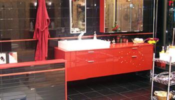 baño rojo y negro de Muebles Alba