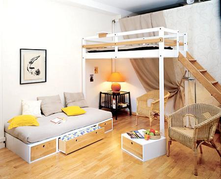 Cama alta en un dormitorio compartido