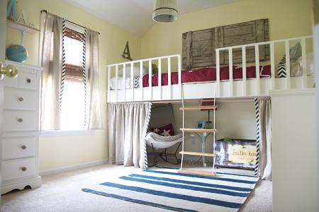 Habitación infantil con cama alta