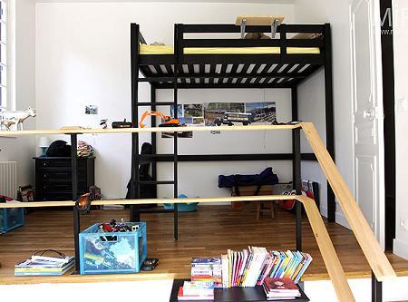 Habitación juvenil con cama alta