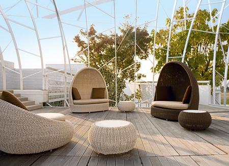 Un salón de verano con unos muebles de jardín en rattan, muy chic ...