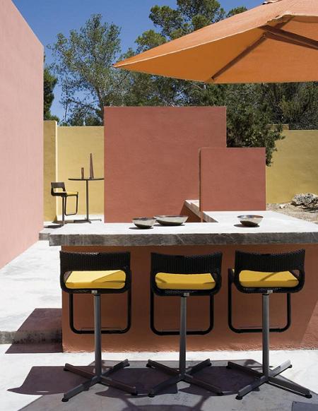 mesas altas y taburetes de exterior para crear en tu