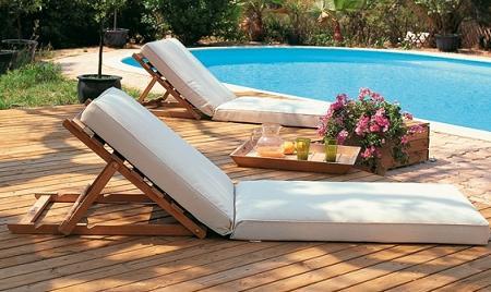 Decoraci n las tumbonas de teca de unopiu para este verano - Colchonetas para tumbonas jardin ...