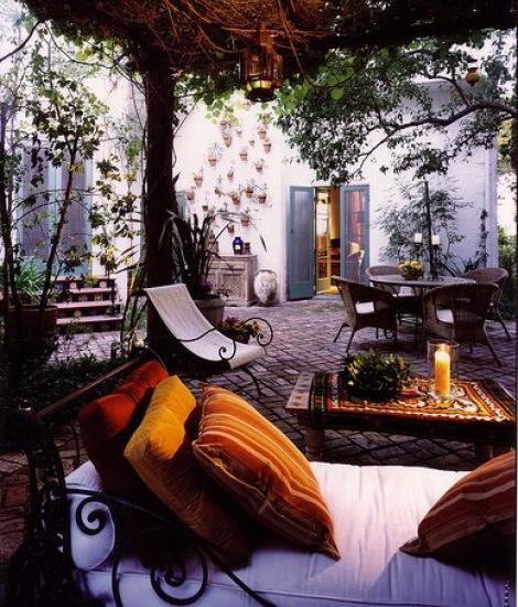 Bohemian Style Backyards : Un banco y mesa corridos pueden ser una opci?n pr?ctica para