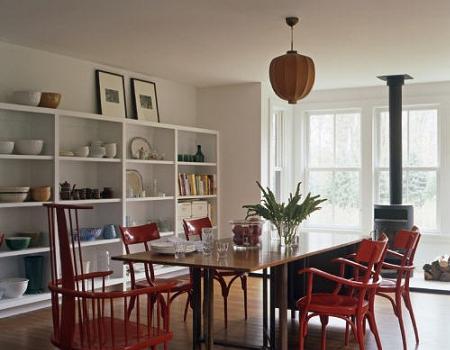 Las sillas en rojo resaltan en el comedor