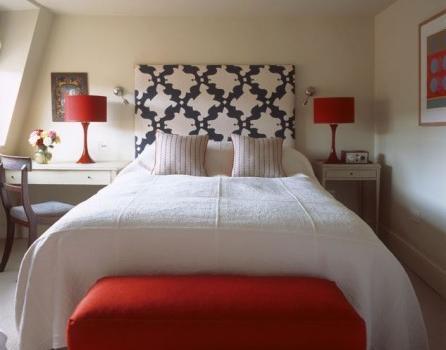 bDos lámparas y un diván en rojo son suficientes para llamar la atención