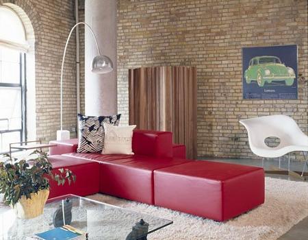 Este sofa rojo de estilo moderno atrae la atención de la habitación; puro estilo