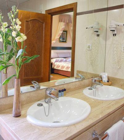 baño de hotel con 2 lavabos
