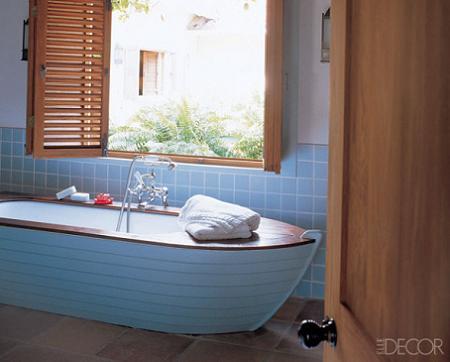 Baño azul y madera