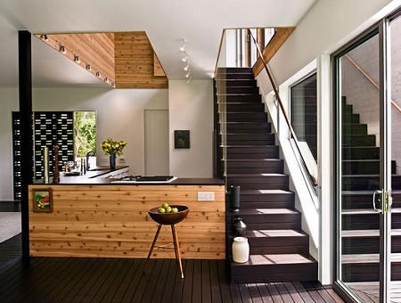 Cocina de diseño junto a la escalera