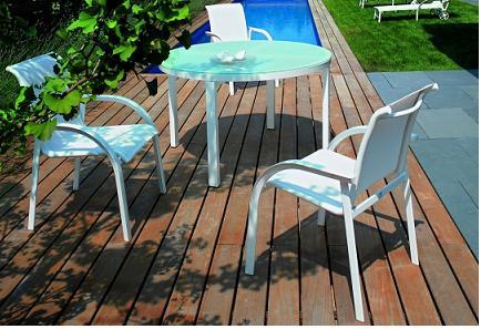 sillas y mesa de diseño