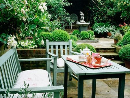 Jardín con muebles pintados