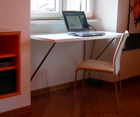 Mesa abatible de dise o ideal para ahorra espacio en tu for Mesa abatible pared cocina