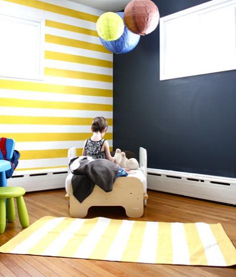 Habitación de bebé de rayas