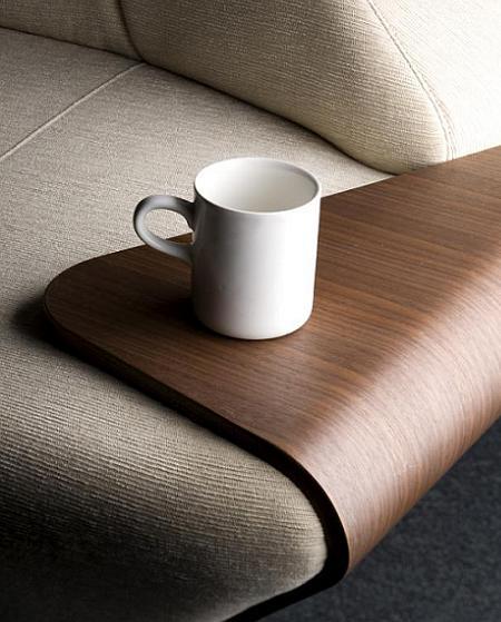 Hex tiene en los laterales un contrachapado de madera que sirve de mesa