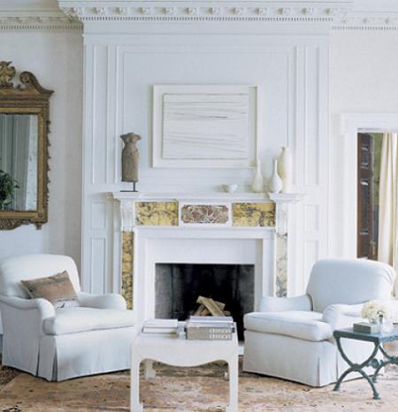 Salón con chimenea blanca