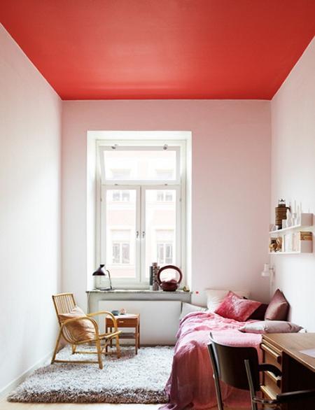 Habitación con techo de color